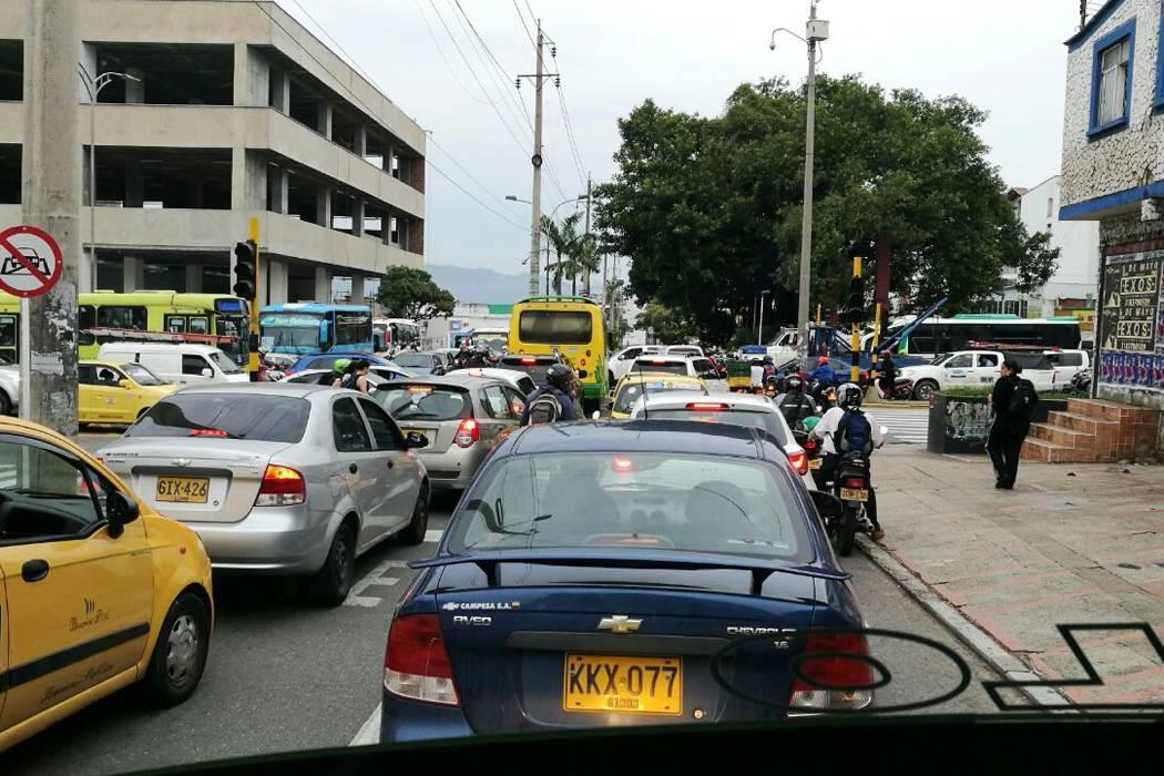 Caos en la carrera 27 con 56 de Bucaramanga por semáforos que no sirven