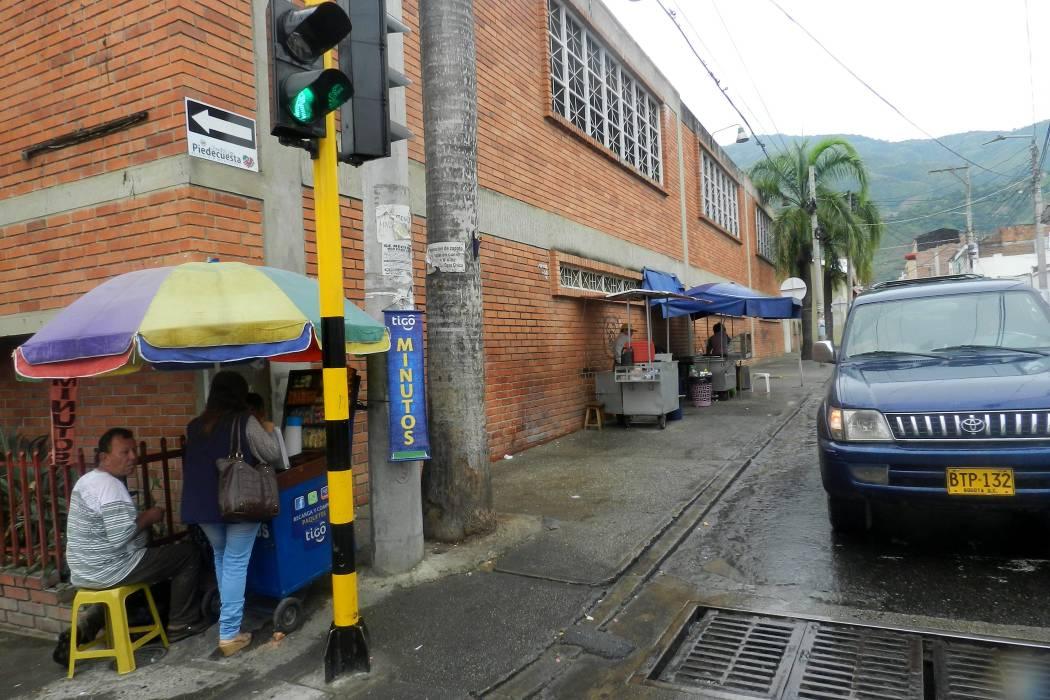 Padres de familia del Balbino García solicitan recuperar andenes del sector