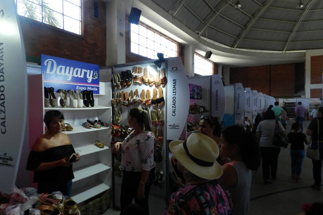 Fabricantes de calzado exponen sus productos