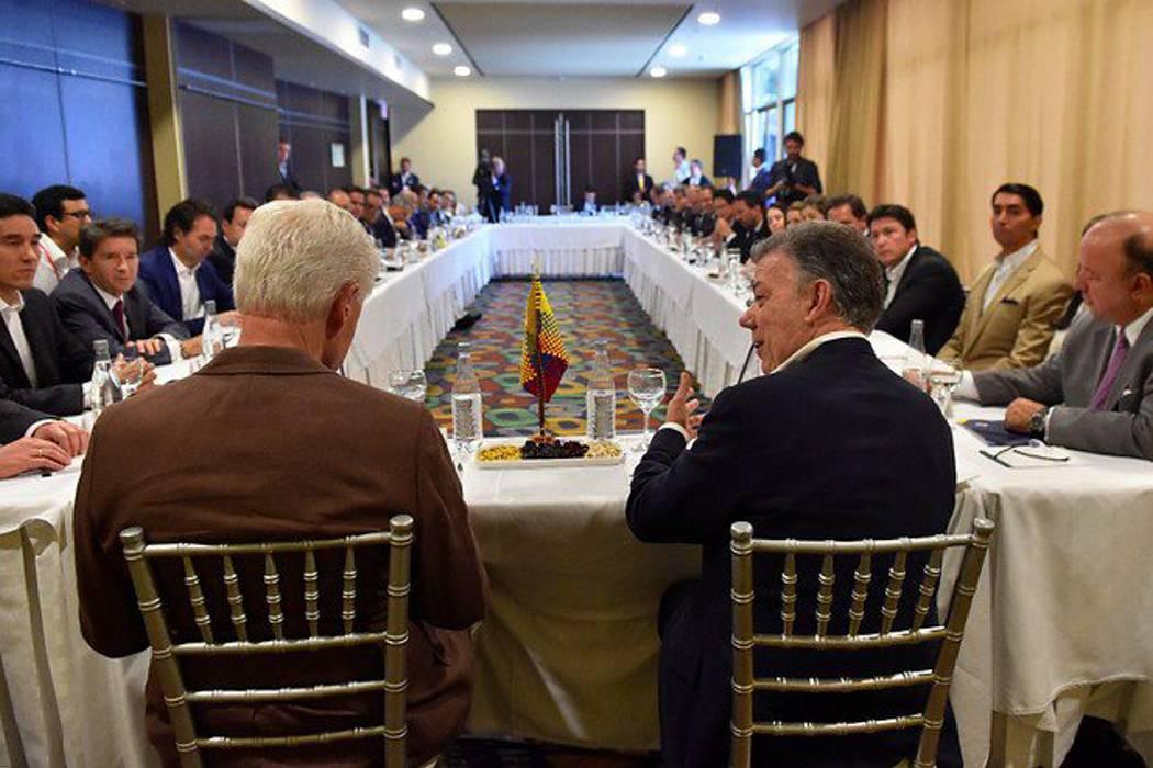 Santos y expresidente Bill Clinton se reúnen para hablar de la crisis de caficultores