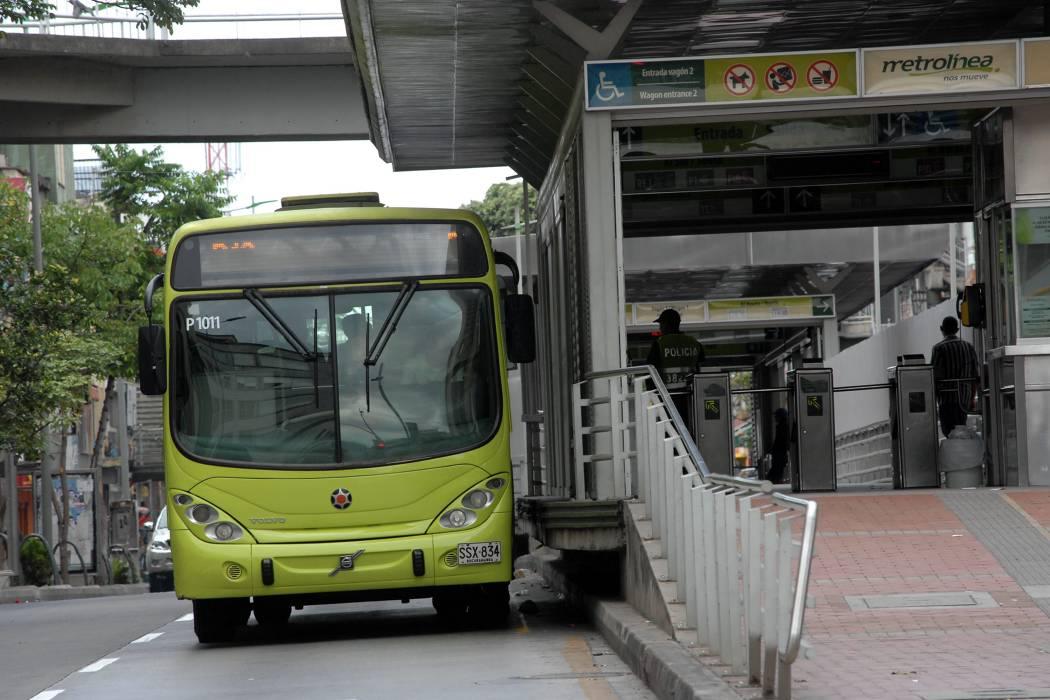 Cortan cabello de una mujer en bus de Metrolínea en Piedecuesta