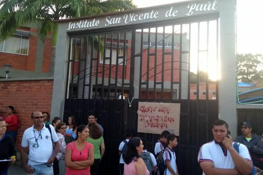 Padres de familia cierran entrada del Instituto San Vicente de Paúl