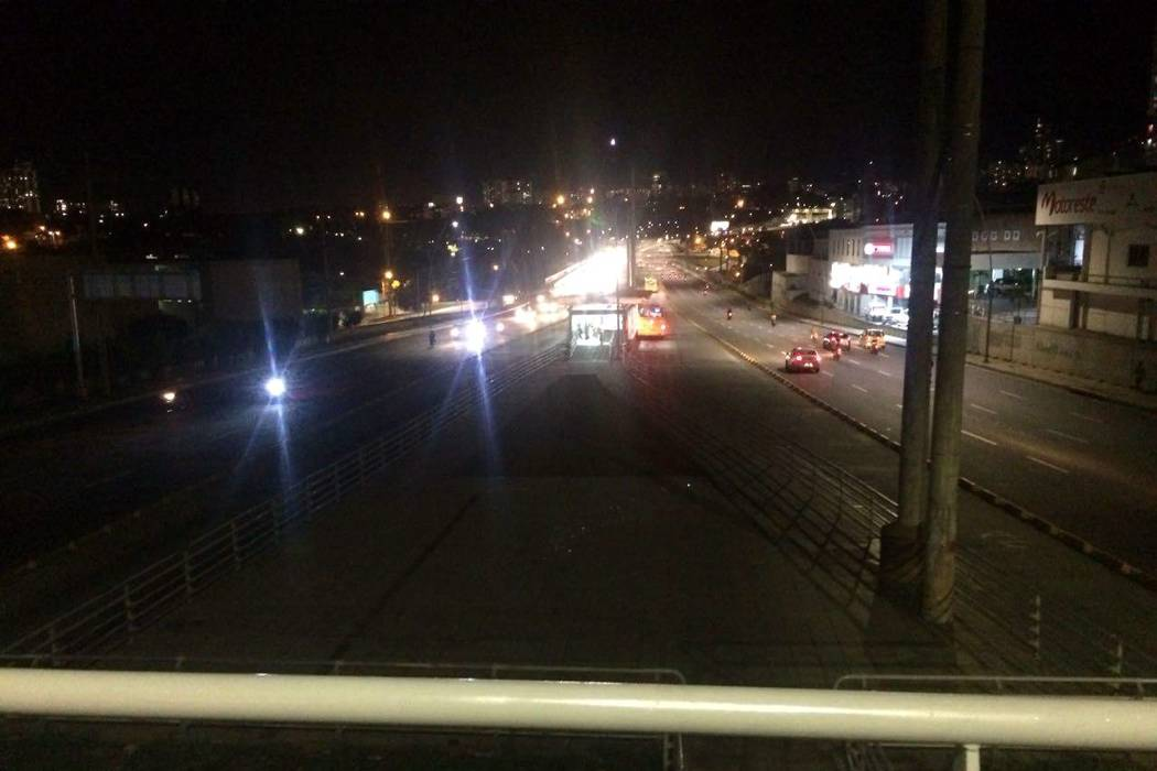 Denuncian falta de iluminación en sendero peatonal de estación de Metrolínea del Diamante II