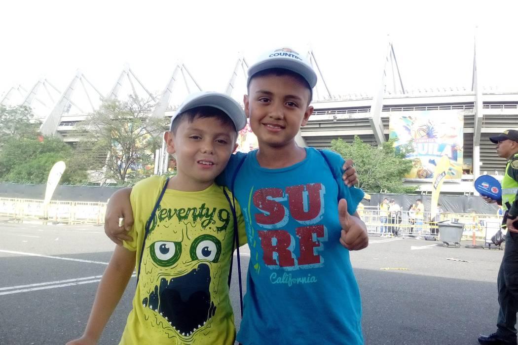 Dos niños santandereanos portaron bandera de la Fifa en el juego de Colombia