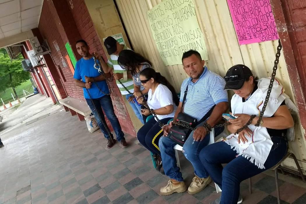 Trabajadores de El Centro protestan encadenados a oficinas de Ecopetrol