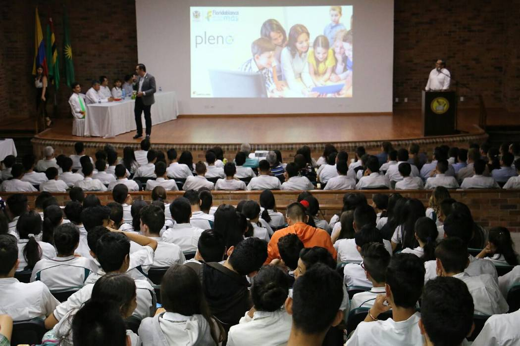 Programa de bilingüismo llega a 16 colegios oficiales