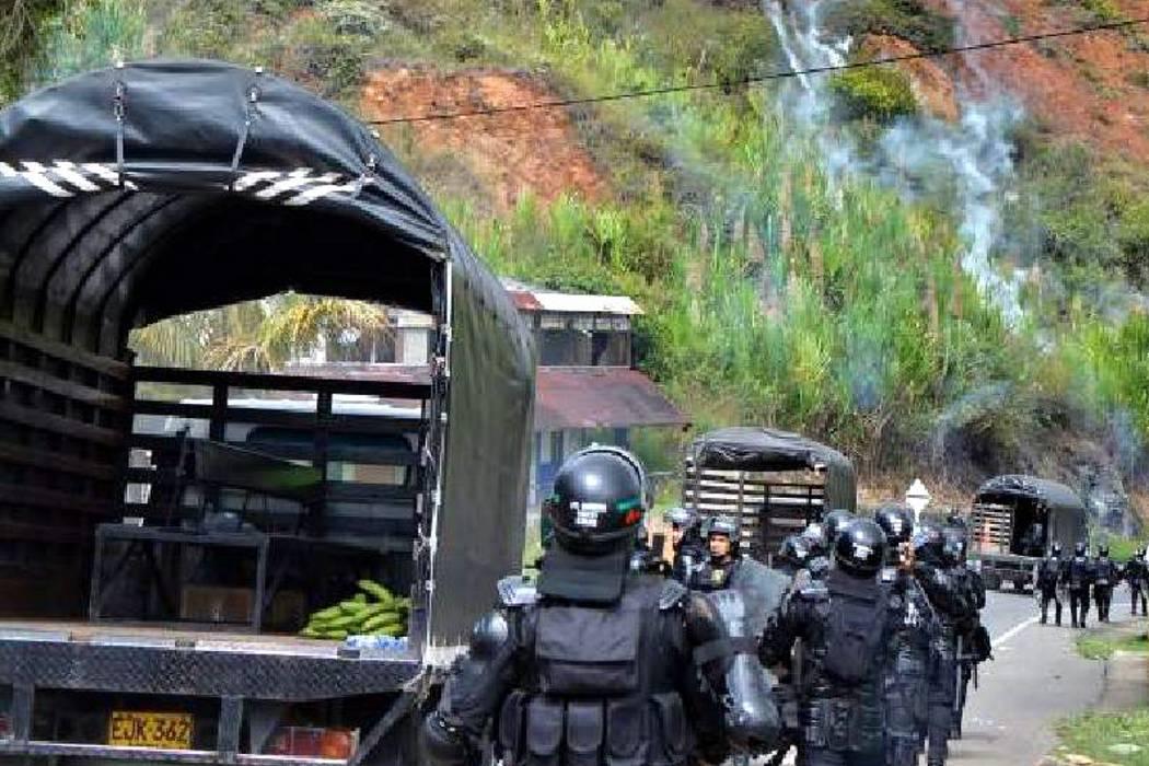 Secuestro de Policías, vías bloqueadas y enfrentamientos: cuarto día de minga indígena