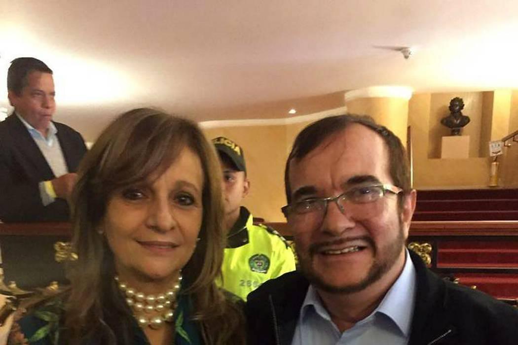 Por publicar foto con 'Timochenko', congresista Ángela Robledo recibe amenazas de muerte