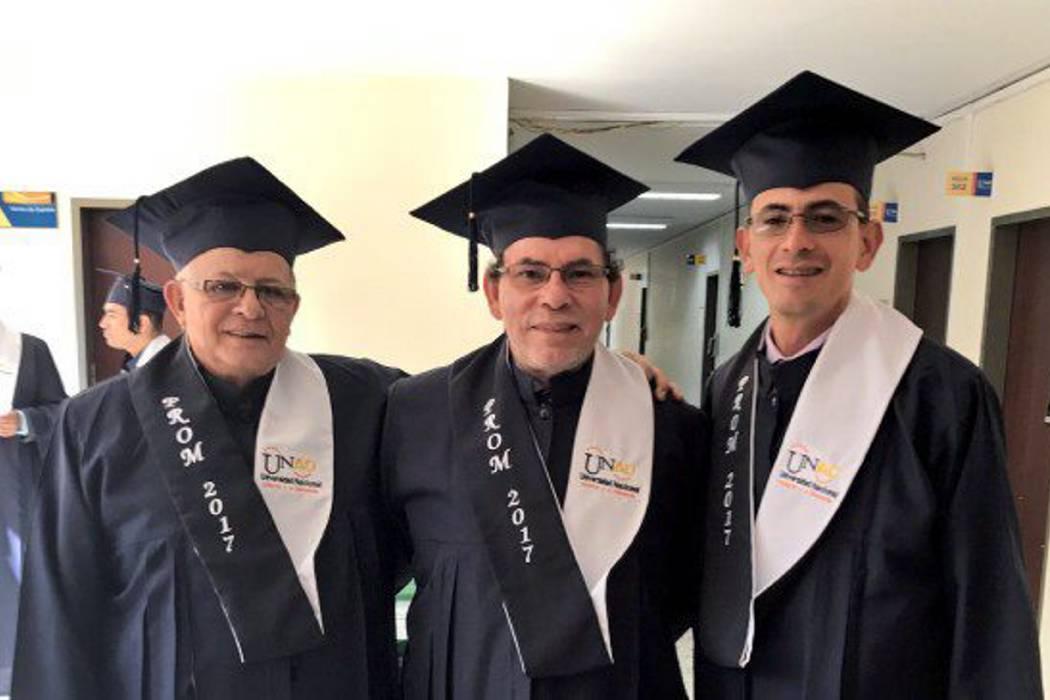 Dos desmovilizados de las Farc, Rodrigo Granda y Pastor Alape, recibieron su título de bachilleres