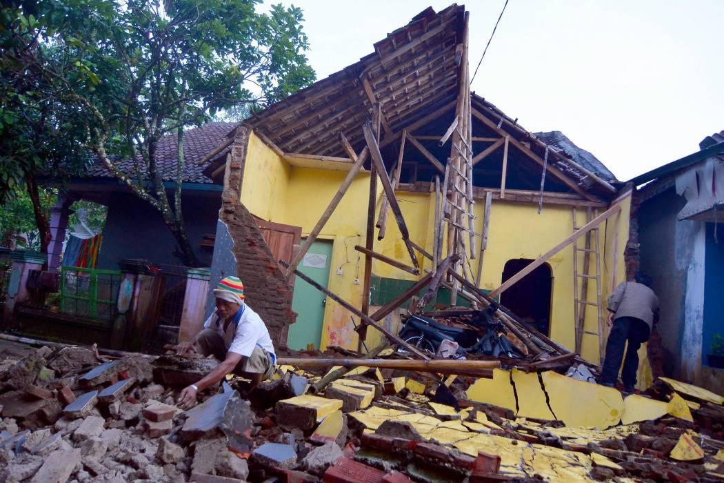 Tres muertos y daños en casi mil edificios dejó sismo de 6,5 en Indonesia
