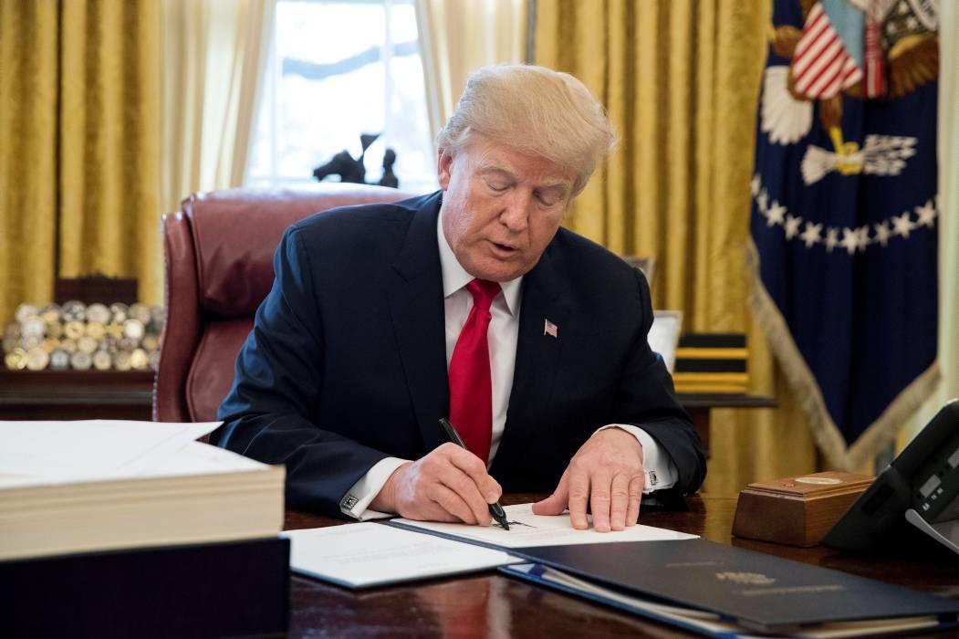 Trump firma su prometida y ambiciosa reforma fiscal