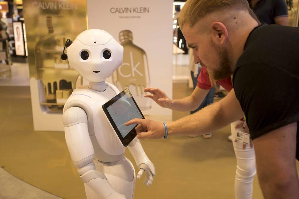 Robot Pepper hace de asistente  en una clase de la universidad