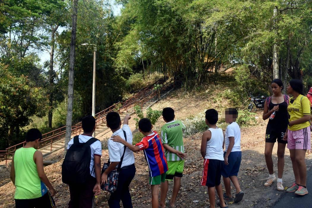 Evacúan una escuela en El Castillo por incendio forestal
