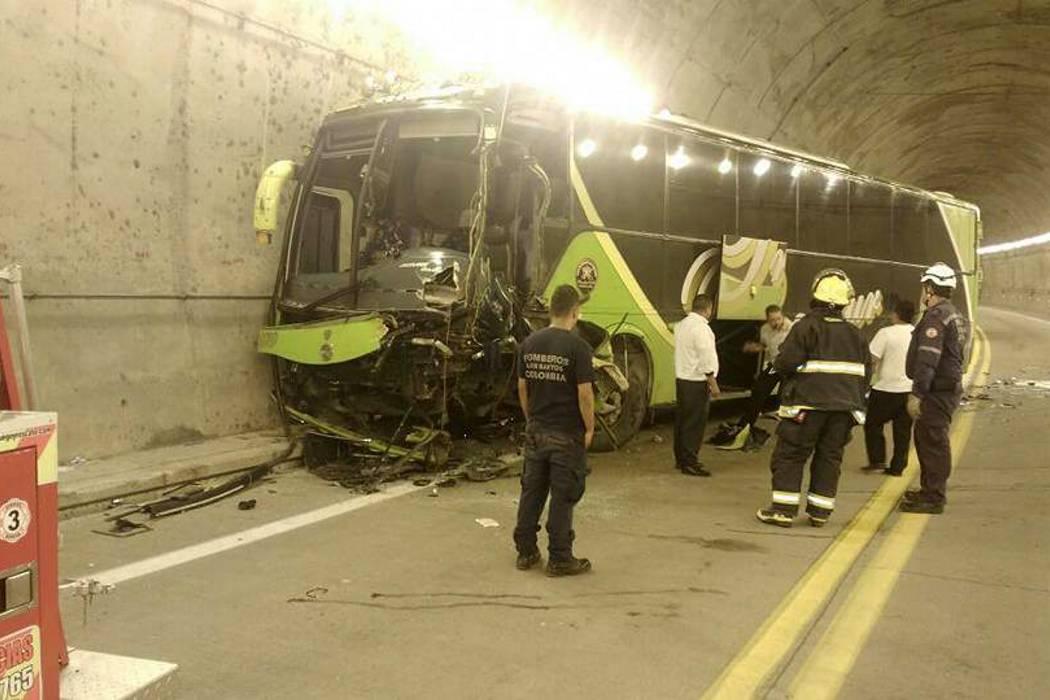 Choque entre un camión  y un bus dejó tres heridos