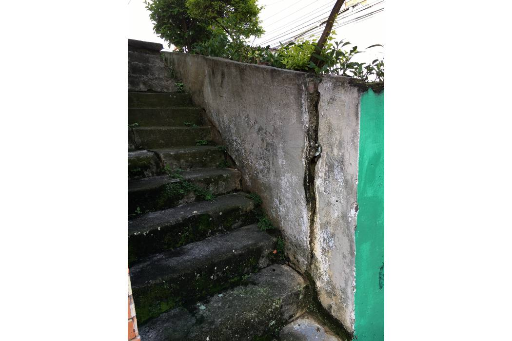 En riesgo familia por posible caída de muro de contención