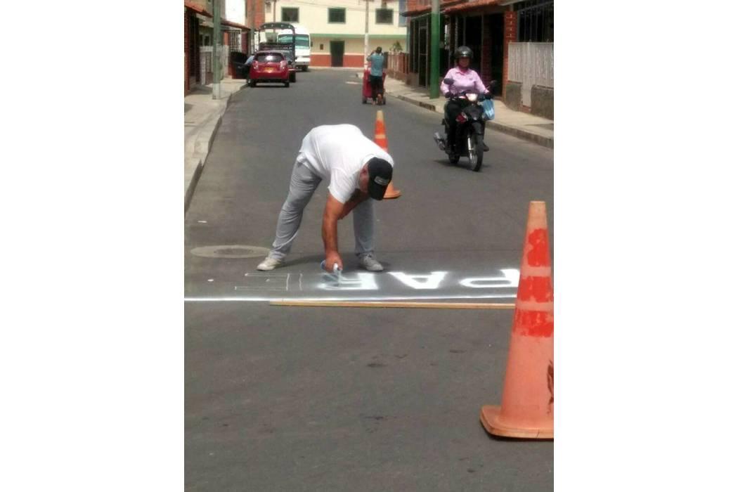 La comunidad está pintando las señales