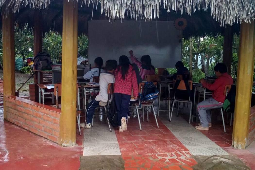 Estudiantes de Santander reciben desde hace un año clases en kiosco