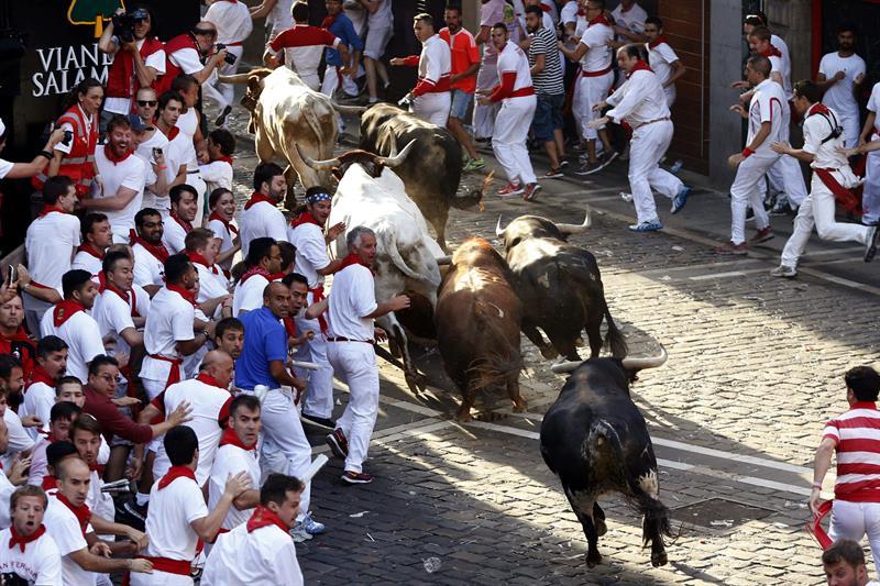 Primera corrida de toros de san ferm n ya deja 11 heridos for Pisos en san fermin madrid