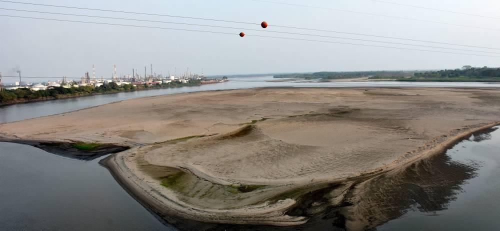 El lente de Vanguardia Liberal captó el evidente impacto del fenómeno de El Niño sobre el caudal del río Magdalena. Bajo el puente Guillermo Gaviria Correa, en Barrancabermeja, gigantescas islas de arena restringen la navegación de grandes embarcaciones de carga.
