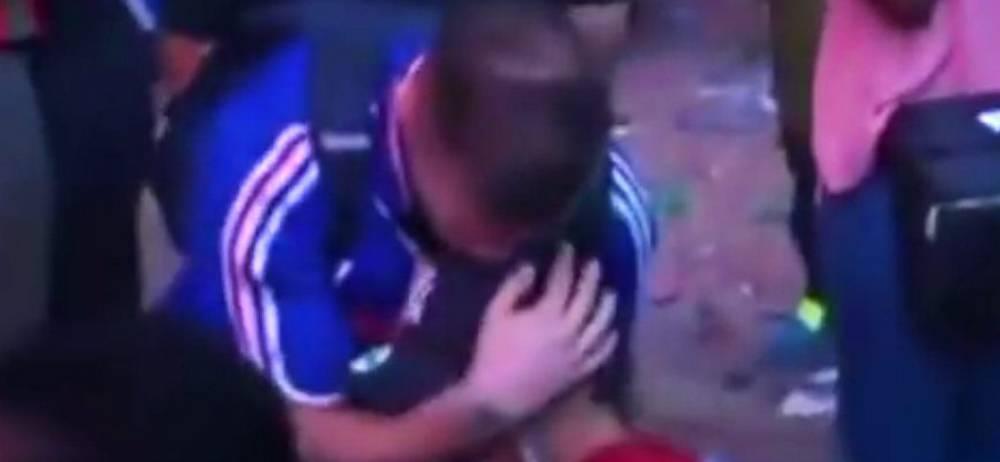 Hincha francés consolado por niño portugués, invitado a conocer Portugal