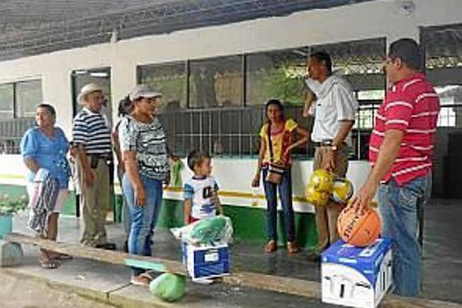 Se entregaron implementos deportivos en escuelas rurales for Implementos de restaurante