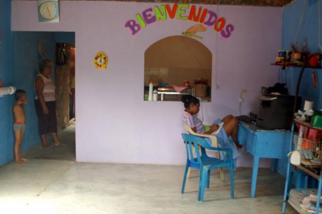 Baño Discapacitados Unit:Las viviendas de las madres comunitarias gozarán de obras de