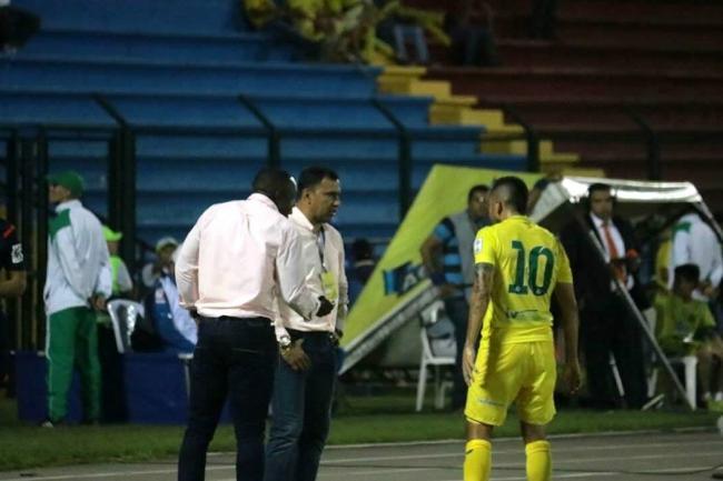 Pintaron las oficinas del Atlético Bucaramanga exigiendo buen técnico
