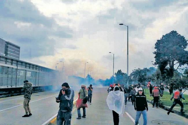Maestros denuncian agresiones del Esmad en marcha nacional
