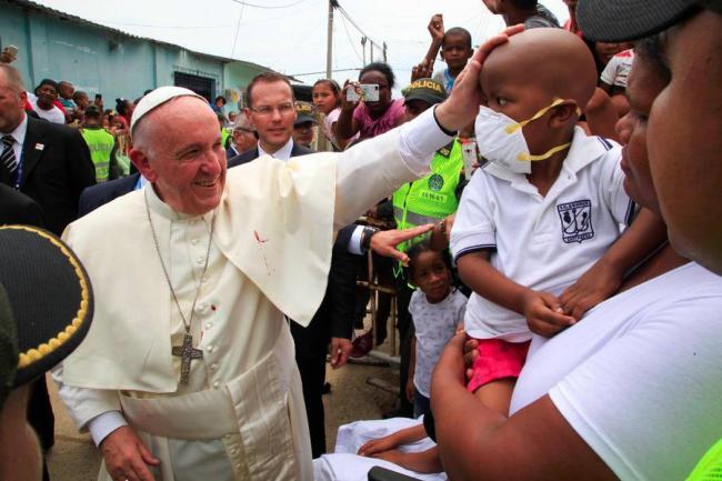 Papa Francisco sufre un golpe en el rostro en papamóvil