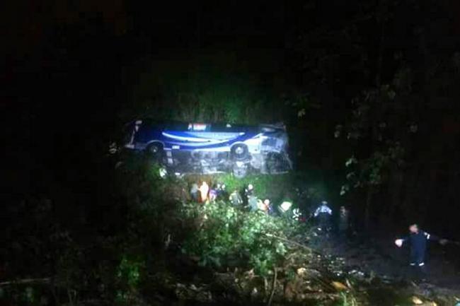 Tres muertos y 25 heridos dejó accidente de bus en Santander