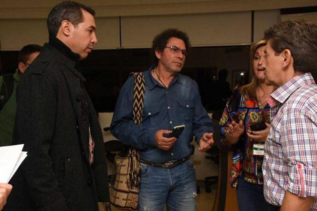 Gobernador colombiano y negociador de las FARC dialogan sobre cultivos ilícitos