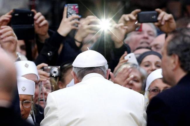 Resultado de imagen para papa francisco criticó uso de celulares