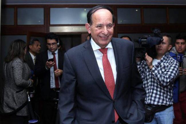 Detienen a senador colombiano por presuntos vínculos con paramilitares