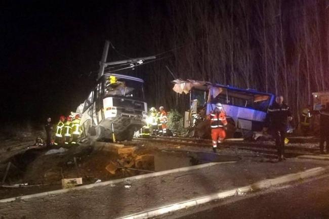 Deja choque entre tren y autobús 4 muertos en Francia