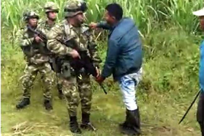 Enfrentamiento por lucha de tierras entre indígenas y militares en Cauca