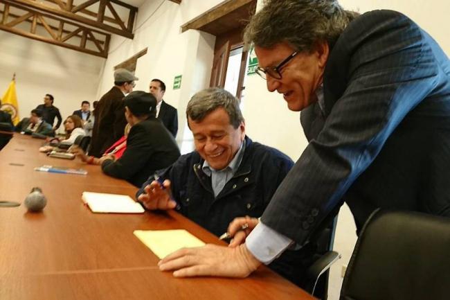 Gobierno de Colombia y ELN reanudan diálogo por la paz en Quito