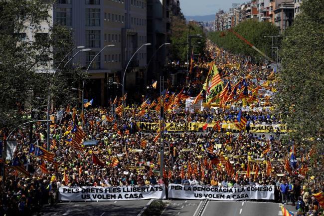 Miles de personas piden en Barcelona libertad de los presos independentistas
