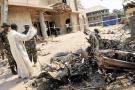 Fuerzas de seguridad, junto a un miembro eclesiástico, inspeccionan la iglesia católica de Santa Teresa en Madalla, cerca de Abuja, Nigeria, donde tuvo lugar la explosión de una bomba.