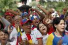 Seguidores del presidente venezolano, Hugo Chávez, participaron en una cadena de oración para pedir por la pronta recuperación del mandatario ayer en la Plaza Bolívar de Caracas.