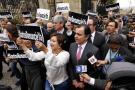 Con protesta, dirigentes del Centro Democrático piden renuncia de Santos