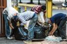 El drama social en Venezuela, lleva a algunos ciudadanos a buscar comida en la basura