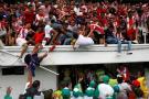 La terrible caída de aficionados tras colapso de baranda en recibimiento de Teo Gutiérrez