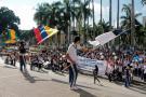 Cientos de alumnos marcharon contra el traslado de rectores