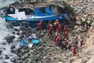 Al menos 48 muertos tras caída de un bus a un abismo en el norte de Lima