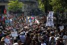 Multitudinaria marcha contra presidente de Francia en París