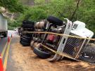 Imágenes del volcamiento de tractocamión que generó emergencia ambiental en Santander