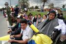 Cientos de personas esperan el primer recorrido del Papa Francisco por Colombia