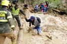 Imágenes de los héroes que rescatan a personas atrapadas por derrumbes en Santander