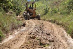 Con maquinaria del Municipio, se inició el mantenimiento a las vías rurales de Oiba, facilitando su uso.