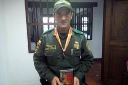 El patrullero Yamel Arias recibió una medalla y un premio por su participación.